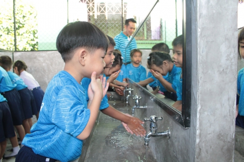 """การประปาส่วนภูมิภาคสาขาจันทบุรีทำพิธีส่งมอบลานสุขอนามัย ให้กับโรงเรียนวัดดอนตาล ตามโครงการ """"กปภ. รักษ์ชุมชน"""" ประจำปี 2561 เพื่อเป็นการสร้างสุขอนามัยที่ดีแก่เด็ก ด้วยน้ำสะอาด"""
