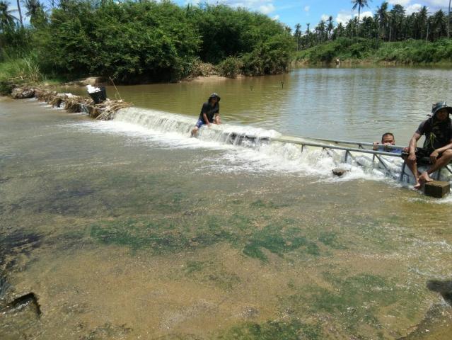 การประปาส่วนภูมิภาคสาขาบางสะะพาน ร่วมแรงร่วมใจกันจัดทำฝายชะลอน้ำ คลองร่อนทอง สถานีผลิตจ่ายน้ำร่อนทอง